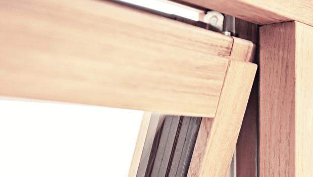 Particolare di un infisso in legno e alluminio