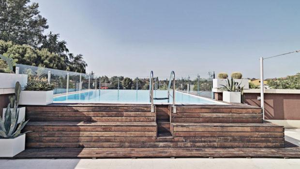Una piscina esterna ricoperta in legno